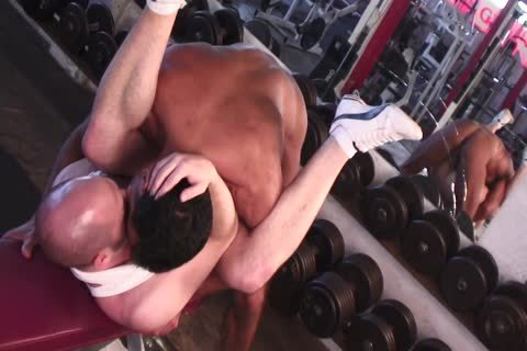Tanned dude Nails stunning man's wazoo In The Gym