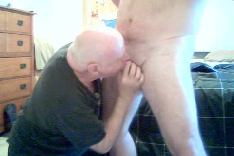 tgreetingss chabavy Bear receives oral-sex from mature guy